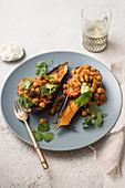 Gebratene Auberginen mit vegetarischem Curry und Koriander