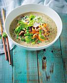 Kokos-Erdnuss-Suppe mit Schweinehackfleisch (Thailand)