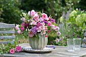 Romantischer Duftstrauß aus Rosa ( Rosen ), Dianthus barbatus ( Bartnelken