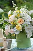 Weiß-gelber Strauß aus Rosen und Wiesenblumen :