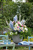 Pastelliger Sommerstrauß aus Delphinium ( Rittersporn ), Rosa ( Rosen ),
