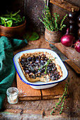 Mushroom pie with red onions and thyme
