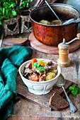 Kartoffeleintopf mit Rindfleisch und Pilzen