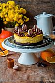 Kürbis-Orangen-Käsekuchen mit Brownieboden und Macarons