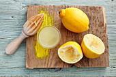 Zitronensaft und ausgepresste Zitronen