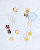 Plätzchen in Sternform mit verschiedenen Glasuren