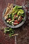 Fattoush (Arabischer Salat mit geröstetem Pitabrot)