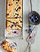 Low Carb cheesecake with blueberries and almond crumbles