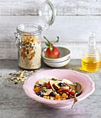 Müsli mit gepufftem Amarant, Hanfsamen und frischen Früchten