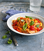 Spelt spaghetti with pepper and tomato sauce and mango