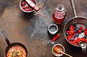 Frische Beeren, Grillmarinade in der Pfanne, Kirschen im Saft und Honig