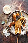 Geräucherte Forellenfilets mit Tee-Rub auf Holzspiessen vom Grill