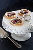 Fig tartlets with icing sugar