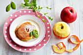Apfelring auf Teller mit Zimt, Zucker und Minze