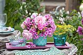 Pinker Duftstrauß aus  Rosen,  Flammenblumen und Prachtkerze