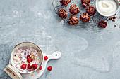 Beerenquark mit Reiswaffeln und Hafer-Cookies mit Erdnüssen