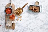 Vollkornnudeln, Kichererbsen, Linsennudeln, Quinoa und Nussmehl