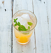 Apple spritzer with mint