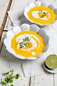 Möhren-Ingwer-Suppe mit Limettensahne