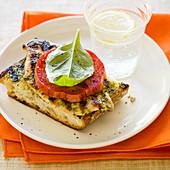 Hähnchen-Sandwich vom Grill mit Basilikumsauce und Tomate