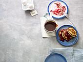 Pancake Tower mit Kirschgrütze und Nugatsauce