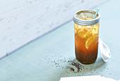 Schwarztee-Chia-Limo mit Apfelsüsse