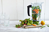 Zutaten für Mangold-Aprikosen-Kräuter-Shake im Mixer