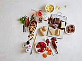 Pralinenzutaten: Früchte, Schokolade, Gewürze, Nüsse und Lebensmittelfarben