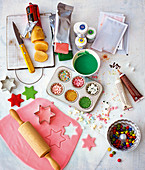 Marzipanrohmasse, bunter Rollfondant, Lebensmittelfarben, Zuckerschrift, Zuckerdekor und ausgerollte Modellierschokolade