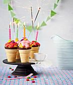 Cakepop-Eisbecher mit brennenden Wunderkerzen