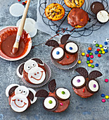 Owl and monkey muffins with Oreos
