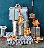 Anhänger aus Honigkuchen und eingepackte Geschenke
