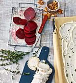 Rote-Bete-Scheiben, Walnüsse und Ziegenkäserolle (Zutaten für Flammkuchen mit Roter Bete und Ziegenkäse)