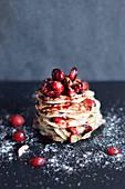 Gestapelte Pancakes mit Cranberries