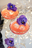 Cocktails with vodka, Kamm & Sons and edible flowers