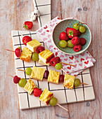 Cheesecake kebabs with fresh fruit