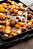 Lauwarme Bohnen und Kartoffeln mit Hackbällchen vom Blech