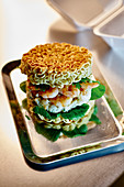 Ramen Burger aus Nudel Buns mit Garnelen Patty 'To Go'