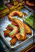 Türkische Süßigkeit 'Tulumba Tatlisi' mit Pistazie
