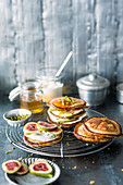 Oriental yoghurt pancakes with figs and pistachio nuts