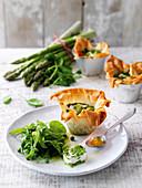 Filoteig-Törtchen mit Ziegenfrischkäse und Kräutersalat