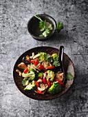 Schneller Gemüse-Wok mit Cashewkernen und Koriander