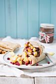 Pfannkuchen mit frischen Früchten und Schokoladensauce