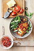 Hähnchen-Parmigiana mit Rucola und Tomatensalat