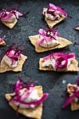 Tortillachips mit Makrelencreme, Rotweinzwiebeln und roten Amaranthsprossen