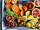 Verschiedene, halbierte Zitrusfrüchte