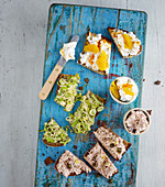 Sandwich spreads with goat's cheese and oranges, with tuna and with leek