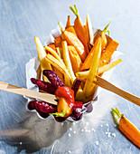 Bunte Gemüsepommes aus dem Ofen mit Ketchup