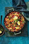 Schnelle Paella mit Garnelen und Chorizo in der Pfanne