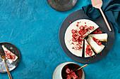 Milchfreier Cheesecake mit getrockneten Erdbeeren
